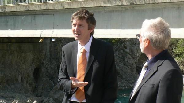 Photo: F. LAURENT (OTT) et JP. BOIVIN (SMIGIBA) avec les radars sous le pont