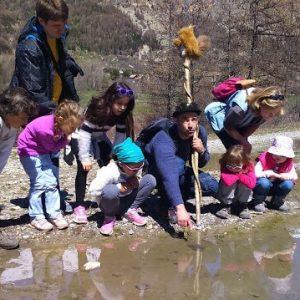 enfants au bord de l'eau avec un animateur