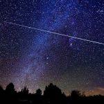 photo d'un ciel étoilé avec une étoile filante qui traverse le ciel