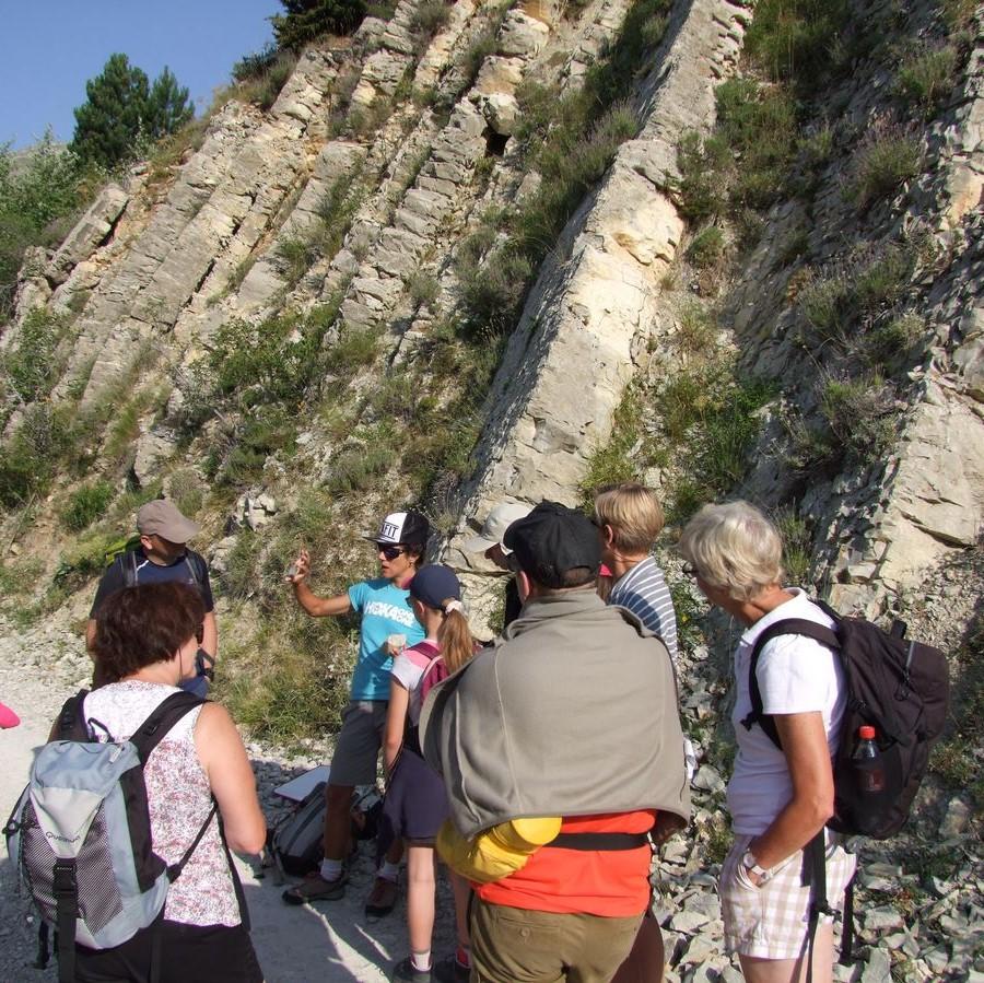 photo d'une accompagnatrice expliquant la géologie du Dévoluy à un groupe