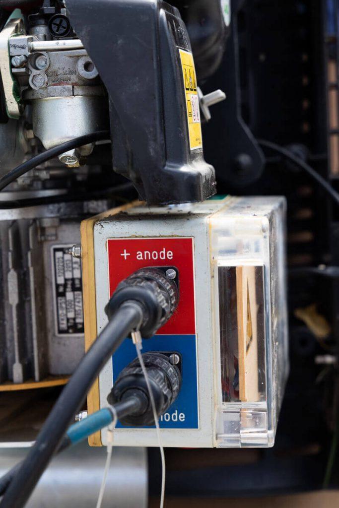 Vue des branchements de l'anode et de la cathode sur le générateur