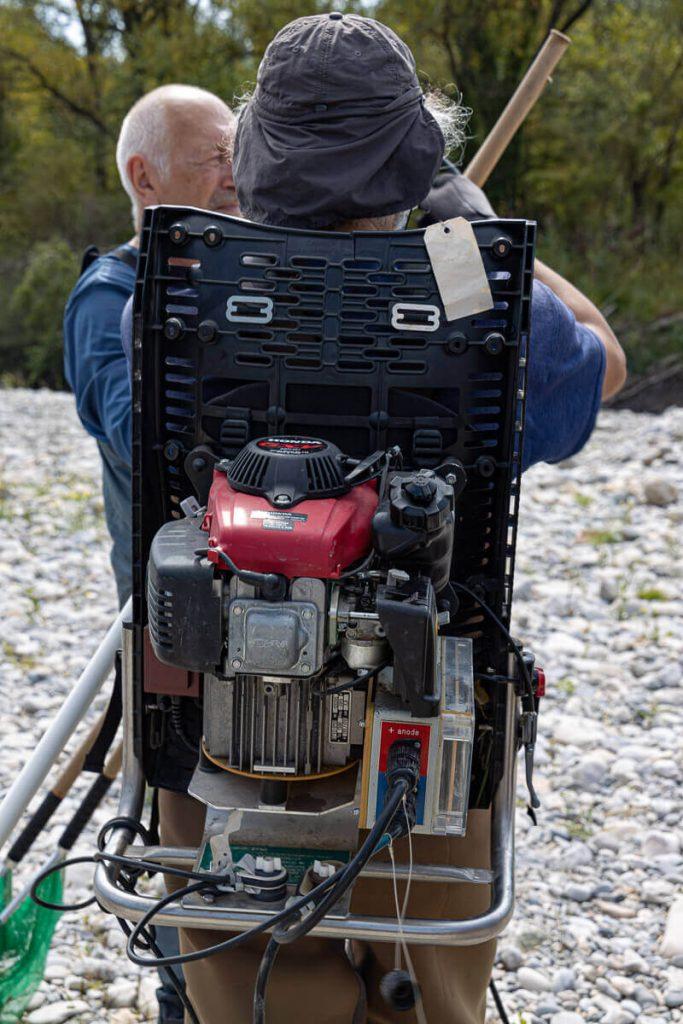 générateur électrique sur le dos de l'opérateur